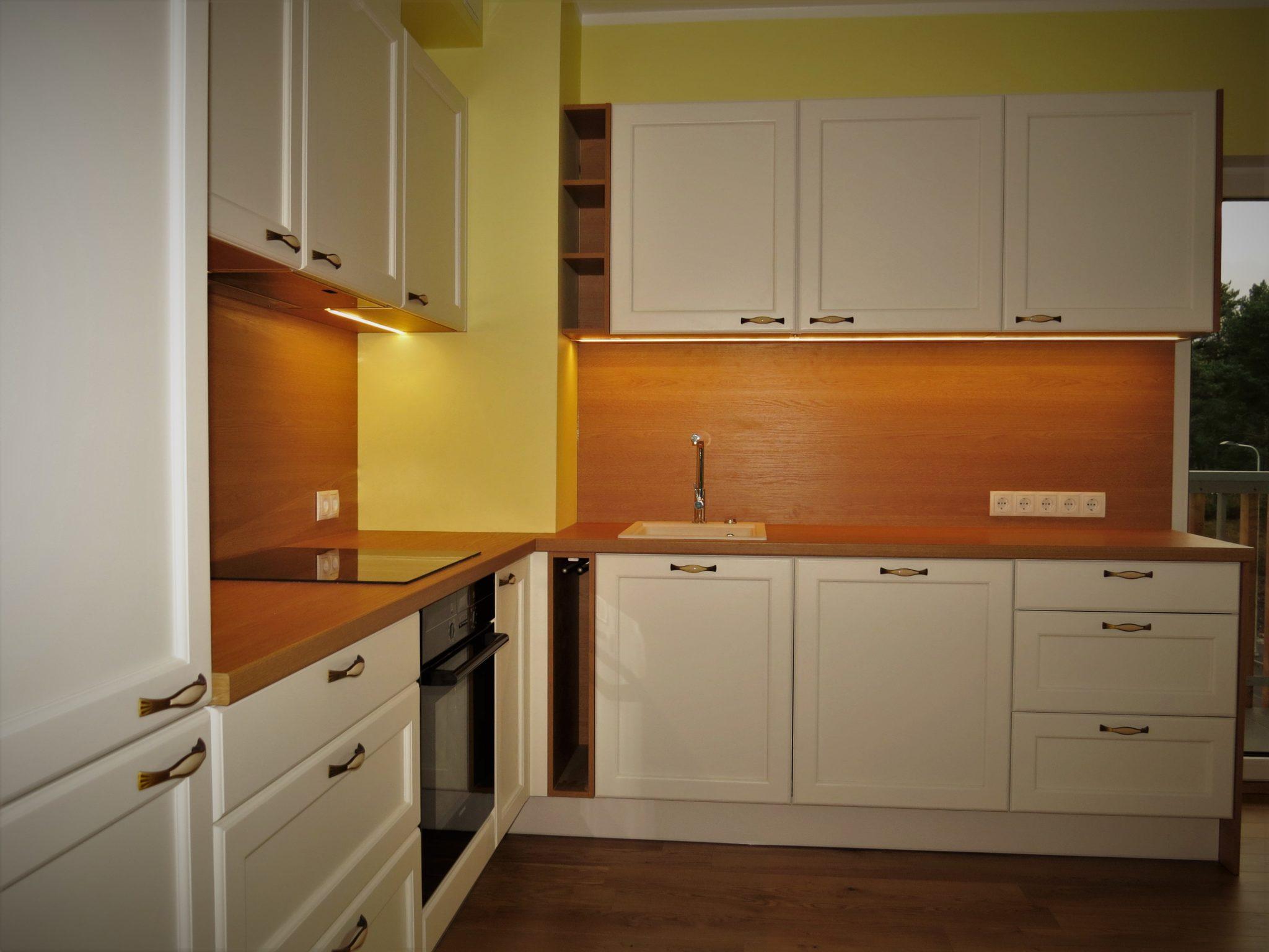 Köögimööbel - Natural tamm H3389 Esipaneelid - MDF raamuksed Viimistlus - Valge poolmatt värv