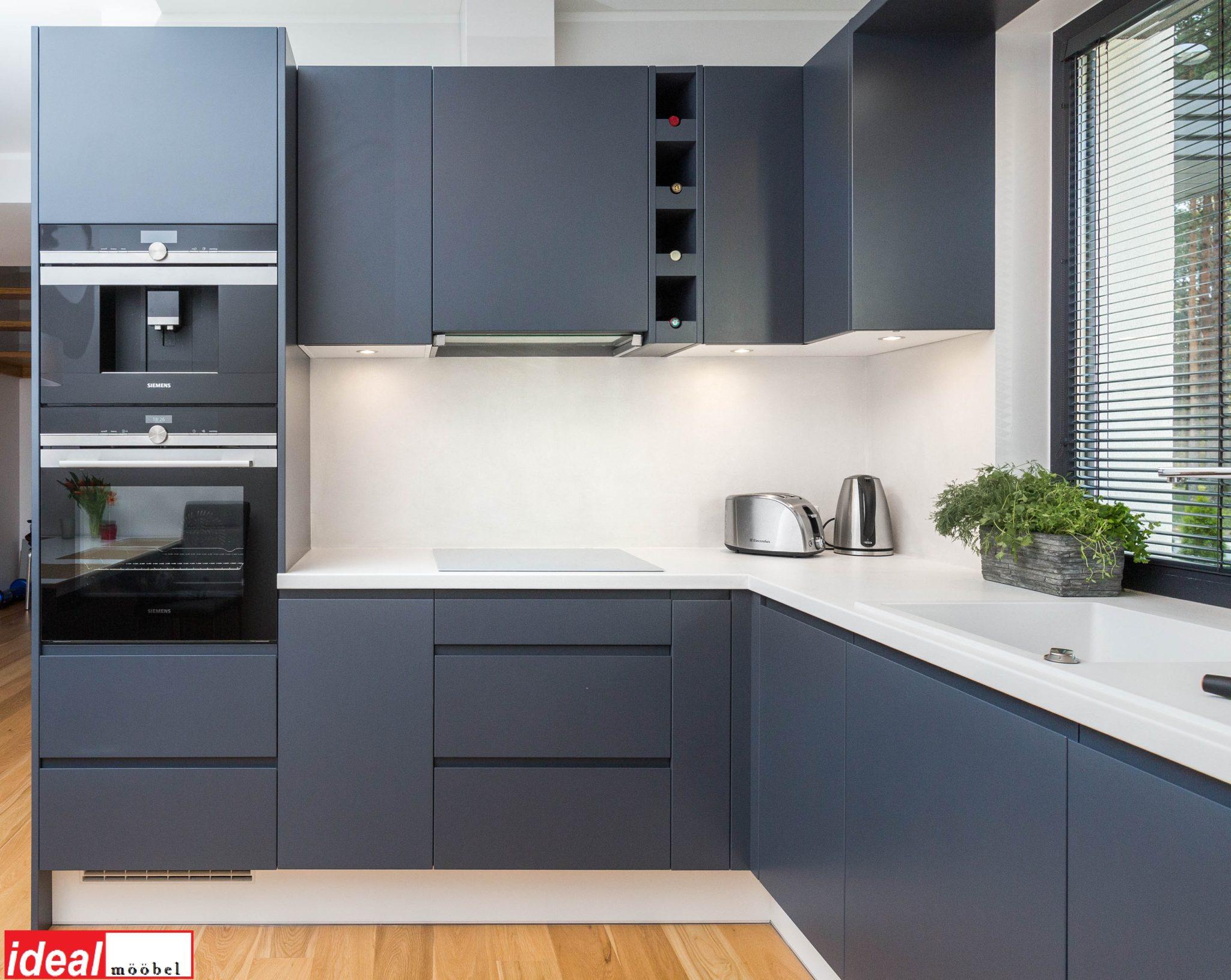 Freesitud käepidemetega köögimööbel